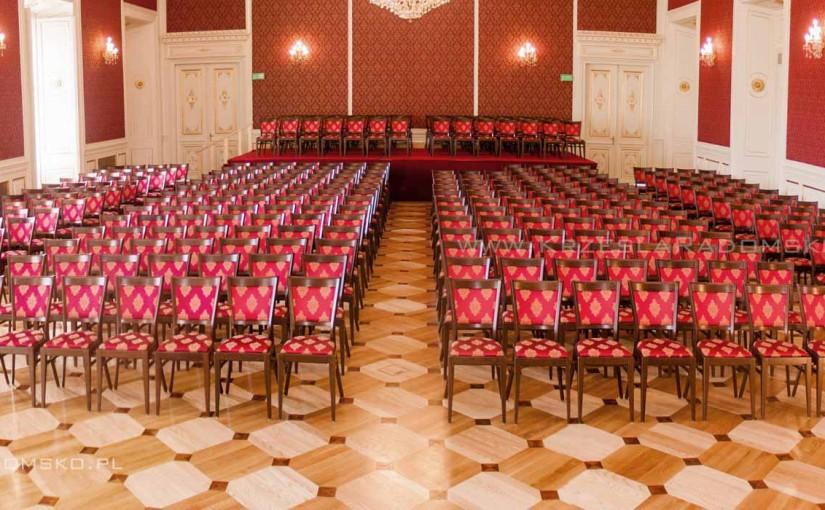 Meble restauracyjne i konferencyjne w sali Pałacu Książęcego w Żaganiu