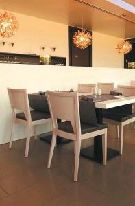 Nowoczesne krzesła AS-0702 w nowoczesnej restauracji