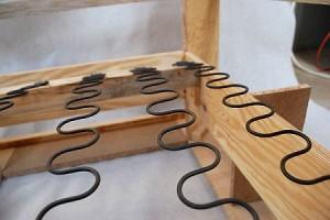 Sprężyna falista w siedzisku krzeseł stylowych z Meble Radomsko