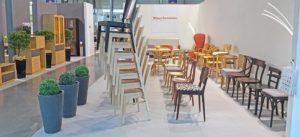 Sztaplowane krzesła do restauracji Typu AT-3917 na ekspozycji na targach Meble w Poznaniu