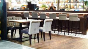 Krzesła i hokery stylizowane AS-0804-V na lotnisku Chopina w Warszawie w restauracji GATE ONE