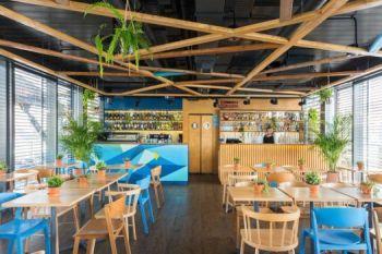 Krzesła CAVA i AS-0905 w restauracji Nowa Fala Warszawa