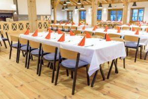 Dwu kolorowe krzesła CAVA w sali restauracyjnej