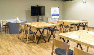 Nowoczesne krzesła sztaplowane CAVA AS w sali konferencyjnej