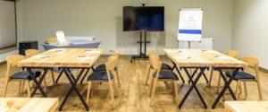 Nowoczesne krzesła drewniane CAVA AS w sali szkoleniowo konferencyjnej