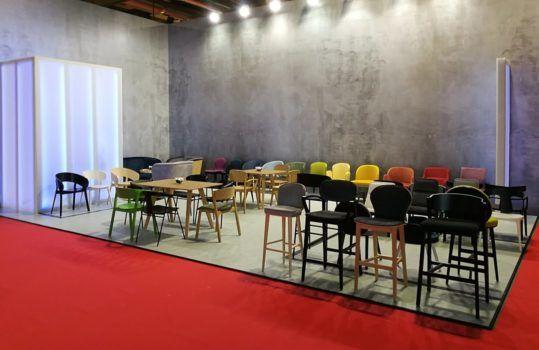 Prezentacja krzeseł z oferty Meble Radomsko w Mediolanie