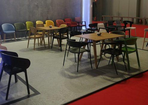 Wystawa krzeseł z oferty Meble Radomsko w Mediolanie