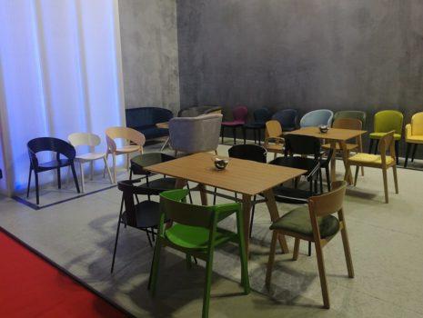 Wystawa krzeseł nowoczesnychna targach w Mediolanie