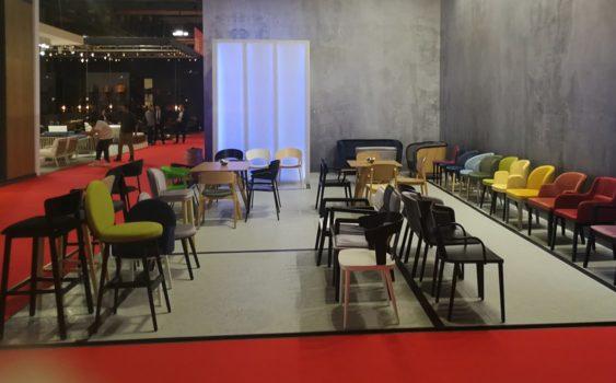 Prezentacja krzeseł z oferty Meble Radomsko na targach Mediolanie